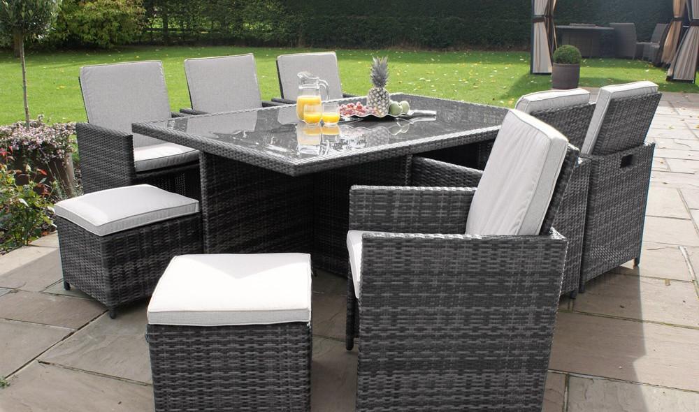 Bàn ghế nhà ăn cỡ lớn giúp cho bạn có thể mời thêm nhiều bạn bè thân thiết, làm tăng sự vui vẻ của bữa tiệc cuối tuần