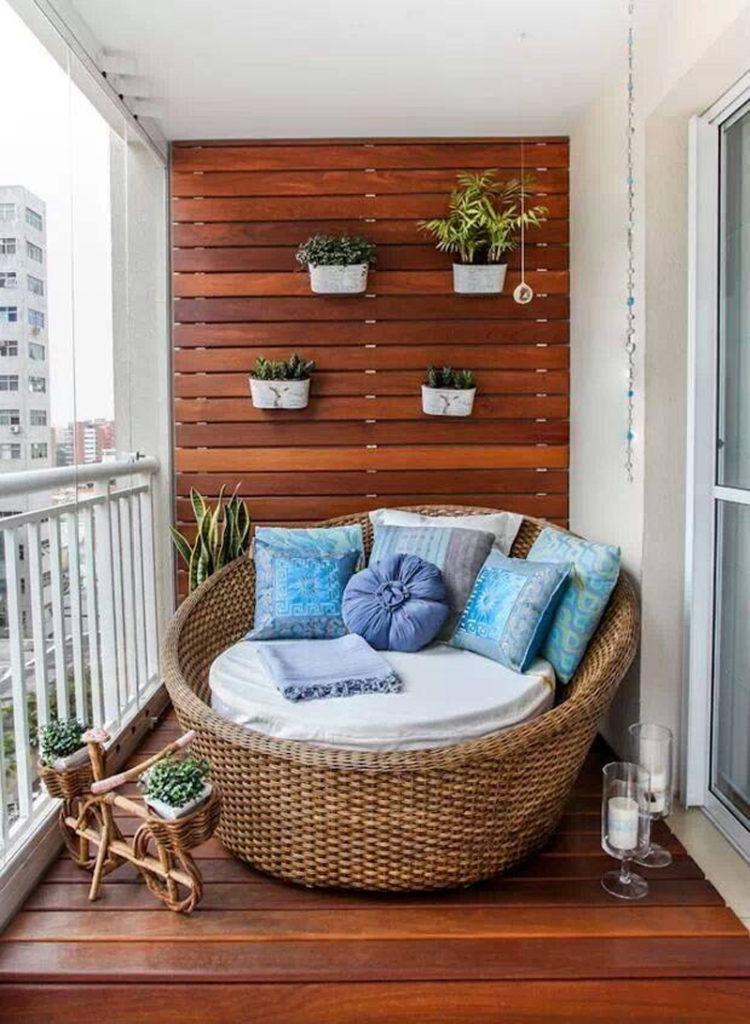Một chiếc ghế tròn lớn kết hợp với những chậu cây nhỏ tô điểm cho không gian ban công của bạn thêm phần lãng mạn