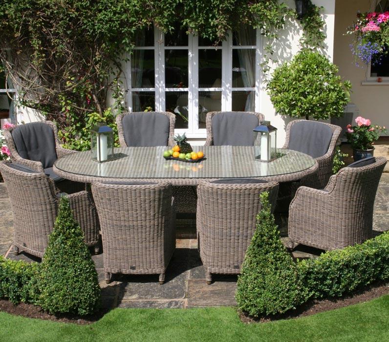 Bộ ghế giả mây với bàn hình bầu dục tạo nét mềm mại cho khoảng vườn nhà bạn