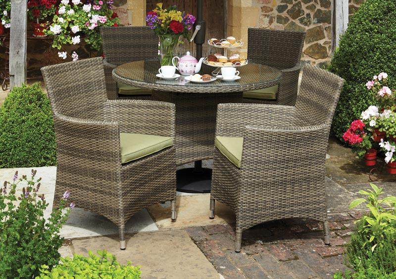 Bộ bàn ghế cafe sẽ là nơi thư giãn, ăn uống của các thành viên trong gia đình