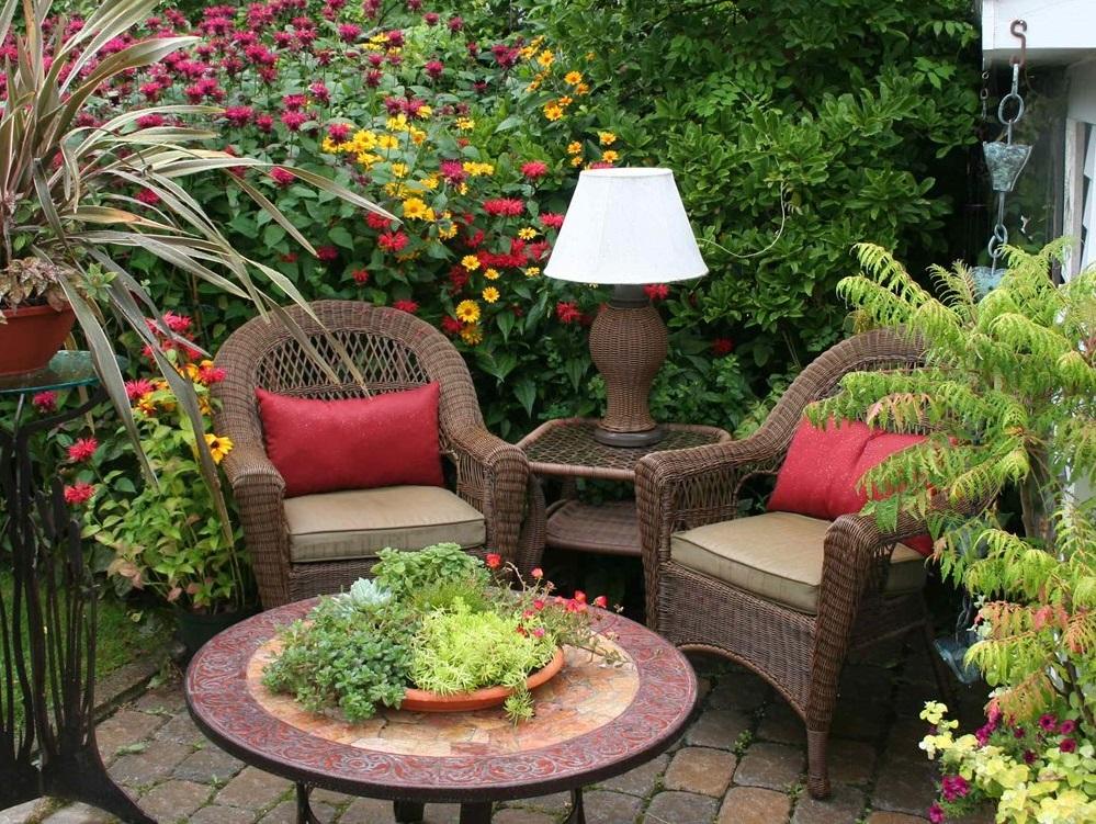 Bàn ghế mây nhựa hòa quyện vào không gian thiên nhiên của khoảng sân vườn bé nhỏ
