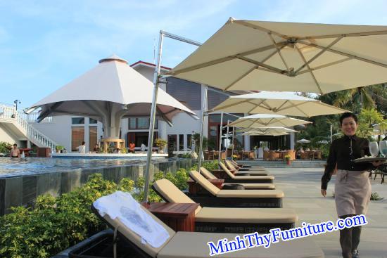 Ghế hồ bơi sử dụng kết hợp với dù