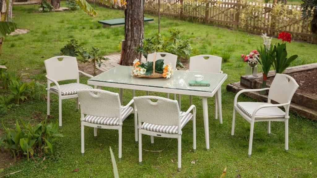 Bộ bàn ghế ăn gọn nhẹ, giúp bạn dễ dàng thay đổi vị trí trưng bày