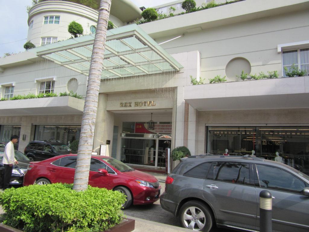 Red Hotel Tọa lạc trên đại lộ Nguyễn Huệ và Lê Lợi, ngay vị trí trung tâm Sài Gòn