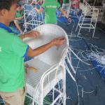Video ghi lại quy trình đan ghế bar mây nhựa của những người thợ đan chuyên nghiệp