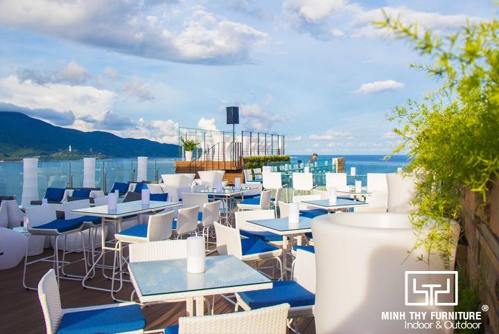 Ghế quầy bar nhựa giả mây MT809 mà chúng tôi cung cấp cho dự án Sky21 Bar tại tầng 21 của Belle Maison Parosand Danang Hotel