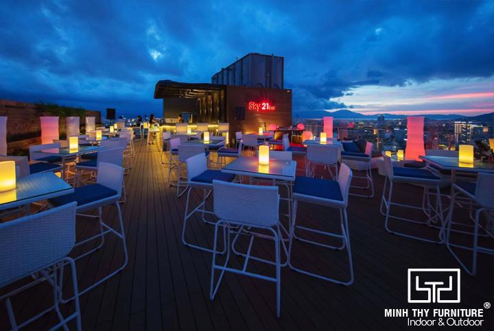 Minh Thy Furniture cung cấp ghế quầy bar, sofa mây nhựa, ghế hồ bơi tại Sky21 Bar - Belle Maison Parosand Danang Hotel, Đà Nẵng