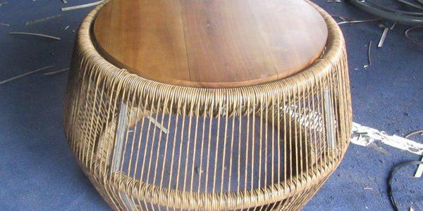 Đan mẫu bàn mây nhựa mặt gỗ theo thiết kế của khách tại xưởng sản xuất Minh Thy Furniture
