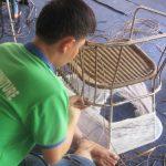 Đan ghế mây nhựa theo thiết kế của khách tại Xưởng sản xuất Minh Thy Furniture