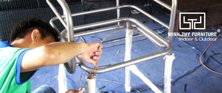 Khám phá cách đan ghế quầy bar nhựa giả mây tại xưởng sản xuất của Minh Thy Furniture
