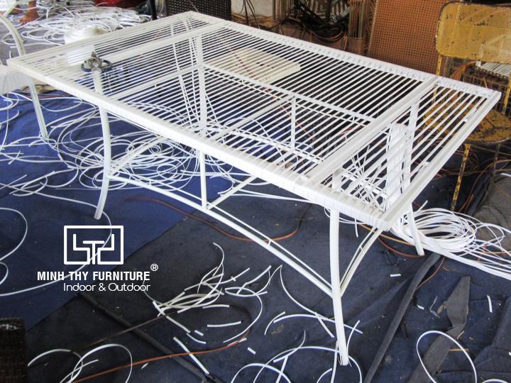Thời gian để đan hoàn thiện một chiếc bàn ăn nhựa giả mây