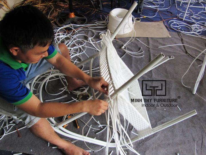 Cách Nội thất Minh Thy sản xuất những mẫu ghế cafe mây nhựa đạt tiêu chuẩn