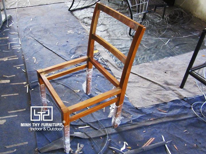 Khi sản phẩm bàn ghế gỗ kết hợp với chất liệu nhựa giả mây