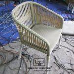 Xem cách những người thợ đan ghế nhựa giả mây tại xưởng Minh Thy Furniture