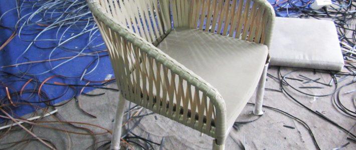Xem cách những người thợ đan ghế nhựa giả mây tại Minh Thy Furniture