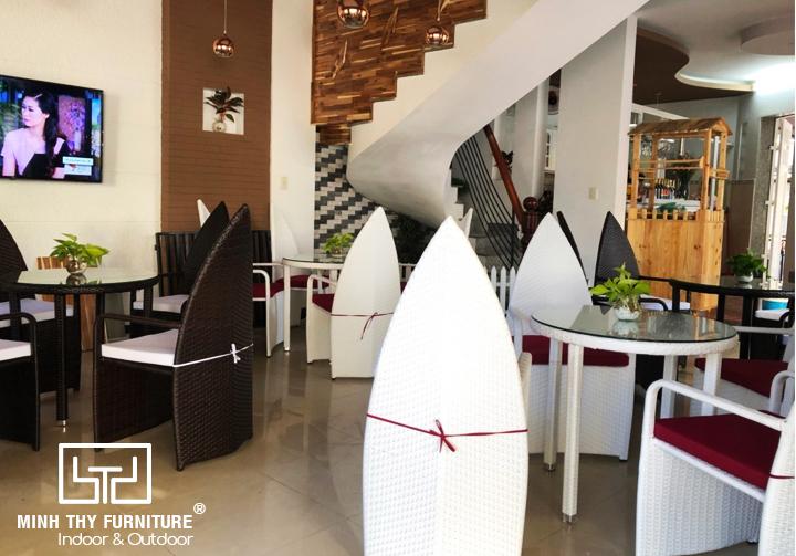 Minh Thy Furniture cung cấp bàn ghế nhựa giả mây cho Hòa Tiến Coffee