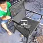 Cận cảnh công việc đan thủ công ghế café mây nhựa tại xưởng Minh Thy Furniture