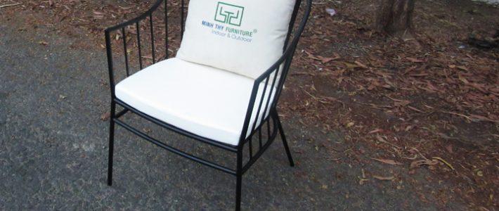 Lý do mọi người không nên mua ghế sắt sân vườn giá rẻ