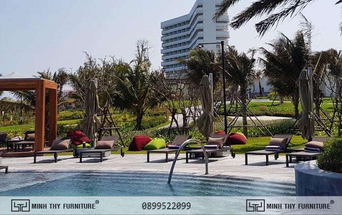 Mövenpick Resort Cam Ranh và ghế hồ bơi vải lưới textilene