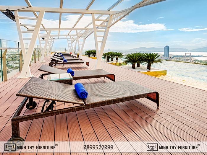 Ghế hồ bơi trang trí ven khu vực hồ bơi dát vàng của Khách Sạn Golden Bay Đà Nẵng