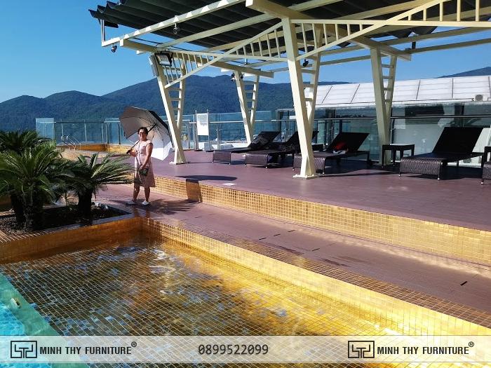 Ghế hồ bơi đan mây nhựa tại khu vực hồ bơi dát vàng Danang Golden Bay Hotel